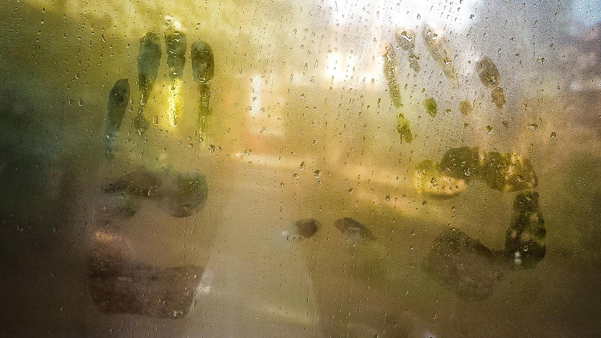 Párás ablaküvegen két tenyér lenyomata
