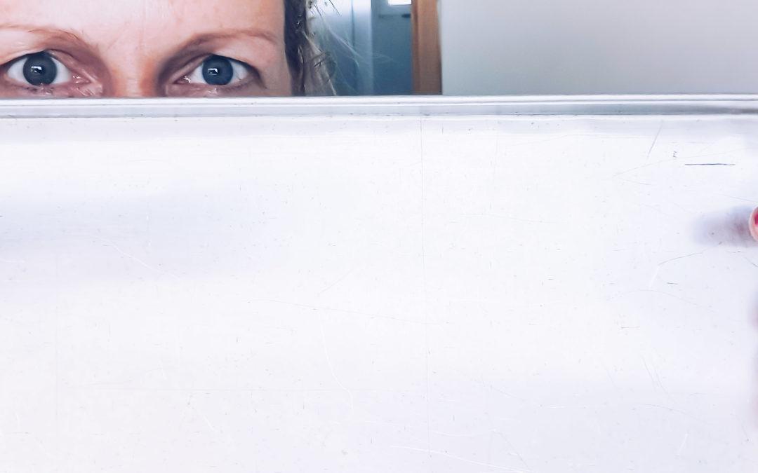 női szempár tepsi takarja az arcot