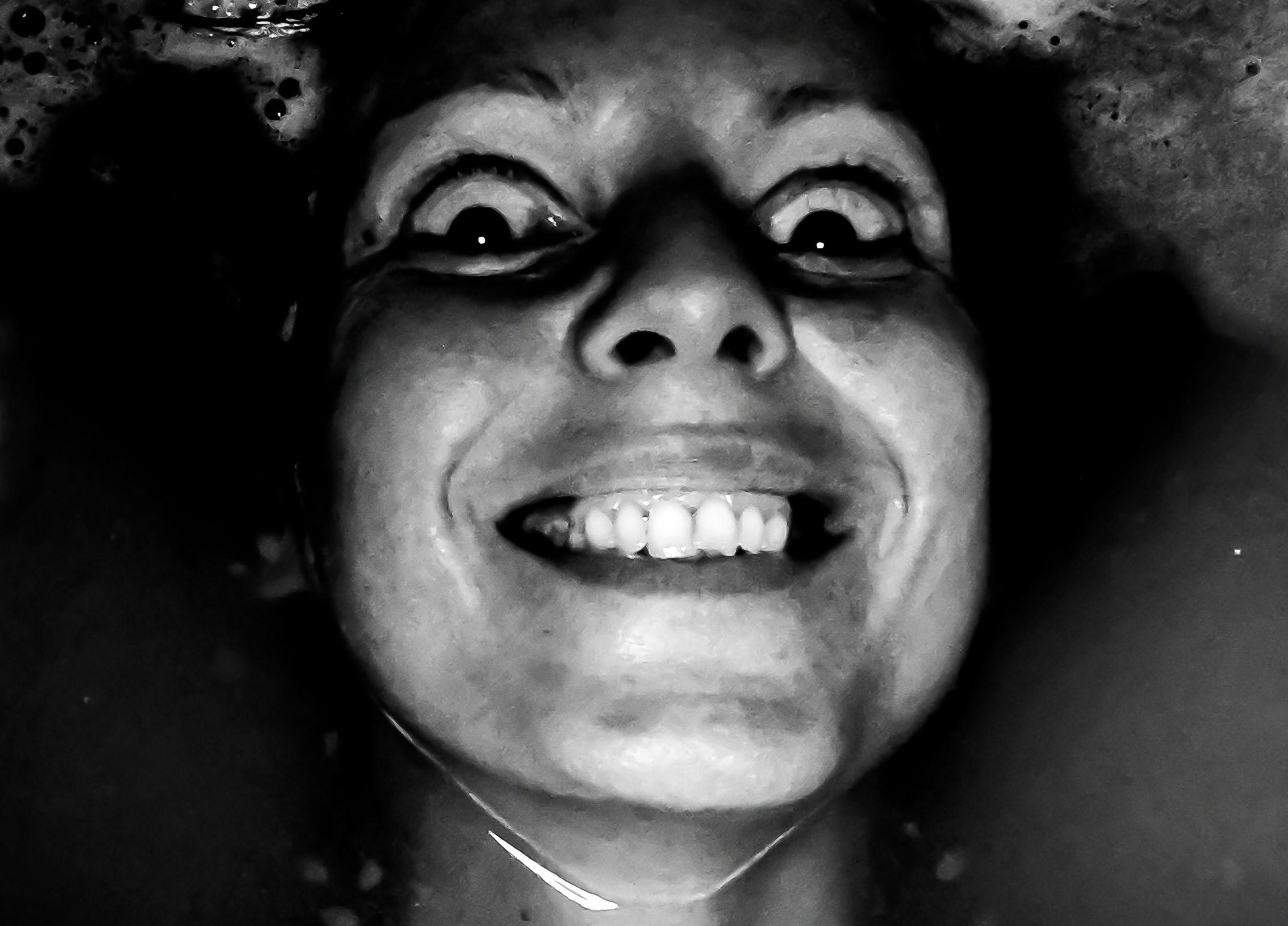 ijesztő arc, fekete-fehér, közelről