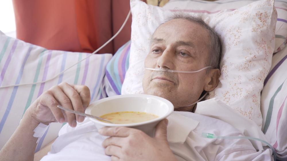 haldokló férfi kórházi ágyon levest eszik