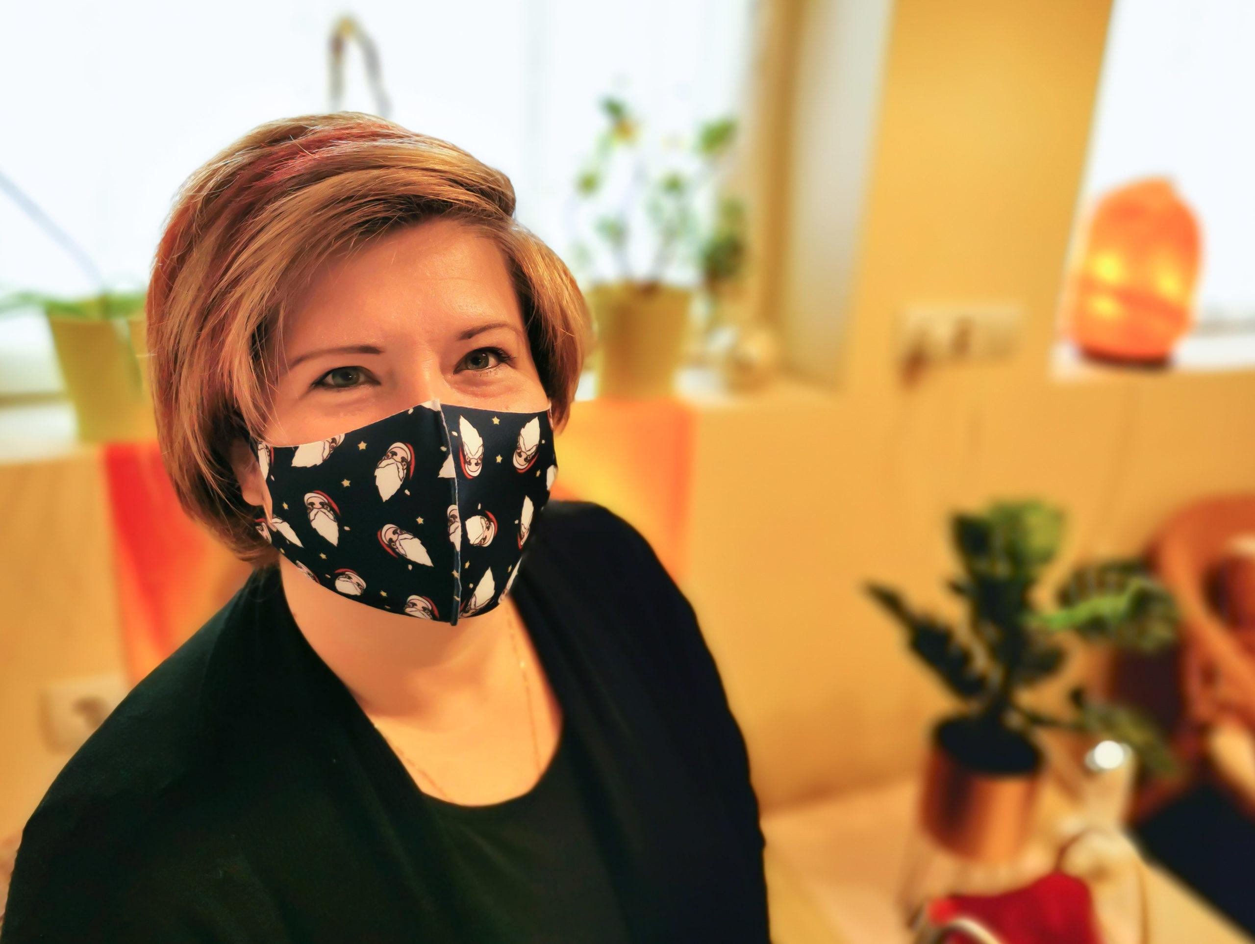 Kata az Oriflametől a stúdióban, maszkban